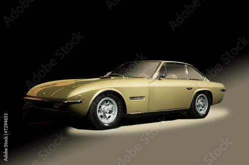 Złoty samochód sportowy