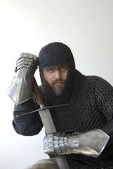grimmiger Ritter mit Kettenhemd und Schwert