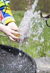 Mani che giocano con l'acqua