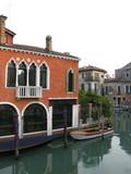 Palais ocre avec arcades au bord du canal, Venise, Italie poster