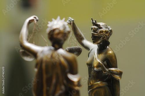 Stara brązowa statua sprawiedliwości