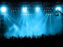 Jubelnden Menge am Konzert, Musiker auf der Bühne
