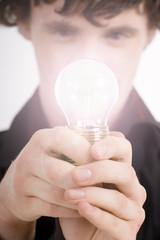 Mann mit Glühbirne