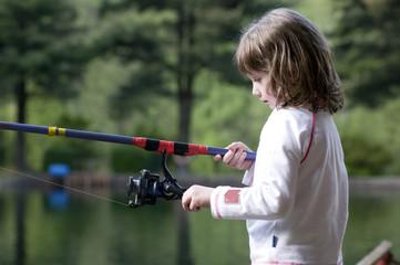 bambina che pesca