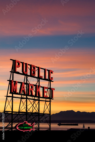 Keuken foto achterwand Boodschappen Pike Place Market neon sign in Seattle, Washington