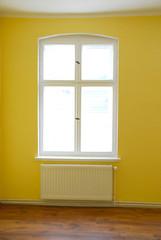 Fenster mit Heizung in leerem Raum