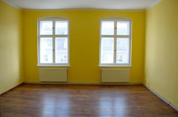 Leerer, gelber Raum mit Fenster