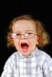 bébé avec des lunettes qui crie !