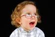 bébé avec des lunettes qui rit.