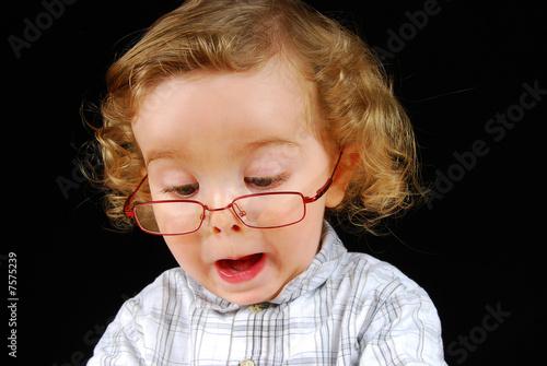 bébé avec des lunette qui fait une drôle de tête !