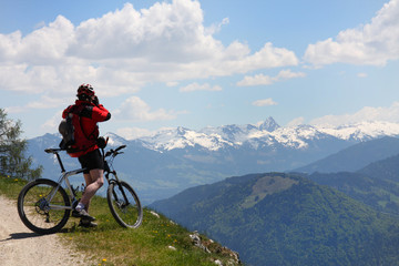 Mountainbiker und Panorama in den Alpen