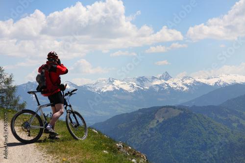 Deurstickers Fietsen Mountainbiker und Panorama in den Alpen