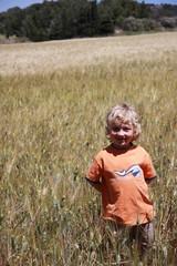 nino feliz en el campo
