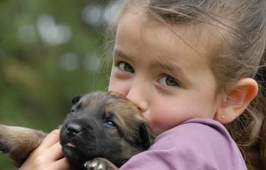 fillette et bébé chien
