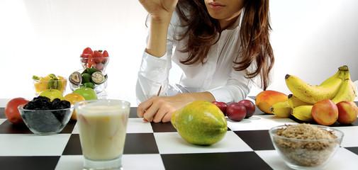 mujer con frutas tropicales y yogurt