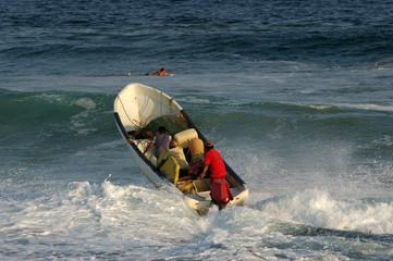 Mexikanische Fischer in der Brandung