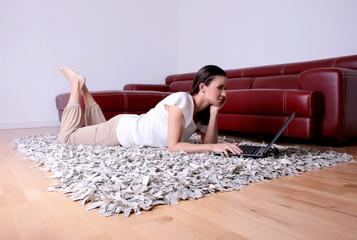 frau beim surfen im internet zu hause