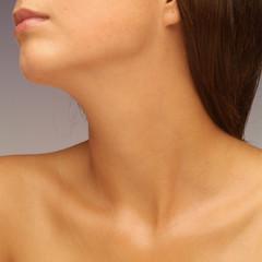 Makeloser Hals einer jungen Frau