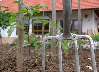 Grabegabel im Garten vorm Haus