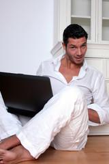 überraschter mann bei der arbeit vorm laptop