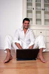 mann beim arbeiten mit laptop