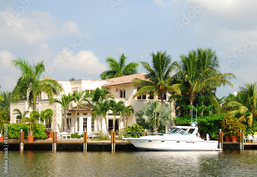 Waterfront mansion - 7898699