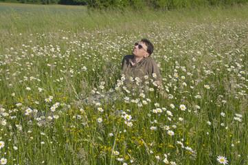 Mann macht Pause im Gras