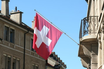 Dapeau suisse au balcon d'un batiment
