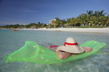 Mujer y Playa Tropical