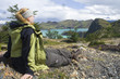 Frau sitzt am See, Nationalpark Torres del Paine, Chile