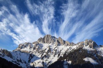 Gebirge und Wolken