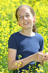 Enfant souriant dans un champs