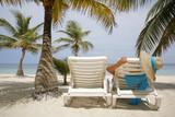 Muejr en una Playa Tropical