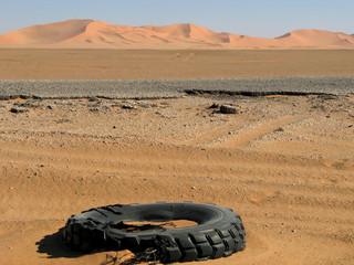 deserto con copertone