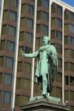 statua sullo sfondo di un edificio poster