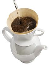 Kaffee kochen von Hand, freigestellt