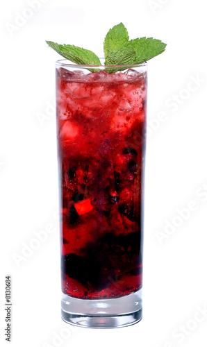 Красный коктейль с мятой на белом фоне.