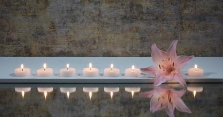 Rosa Lilienblüte mit  Kerzen und Spiegelung