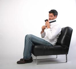 mann bindet krawatte für geschäftstermin