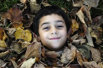 bimbo tra le foglie