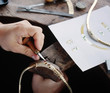 mains de l'orfèvre sur un collier - 8209006