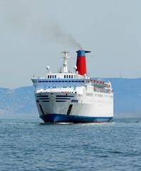 nave traghetto passeggeri in navigazione
