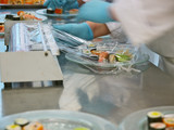 profiköche bereiten sushi tellerreihen,bankett,gastronomie poster