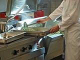 profikoch bereitet spinat risotto,gastronomie küche poster