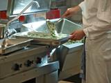 profikoch bereitet spinatrisotto,gastronomie küche poster