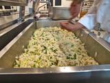 profikoch bereitet grünen spargel mit käse,gastronomie küche poster