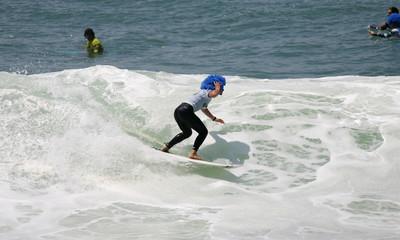 surfer avec une perruque afro bleue