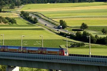 Bahn contra Strasse