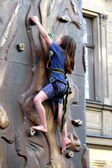 Mädchen an Kletterwand 2
