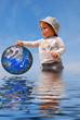 bébé qui protège la terre